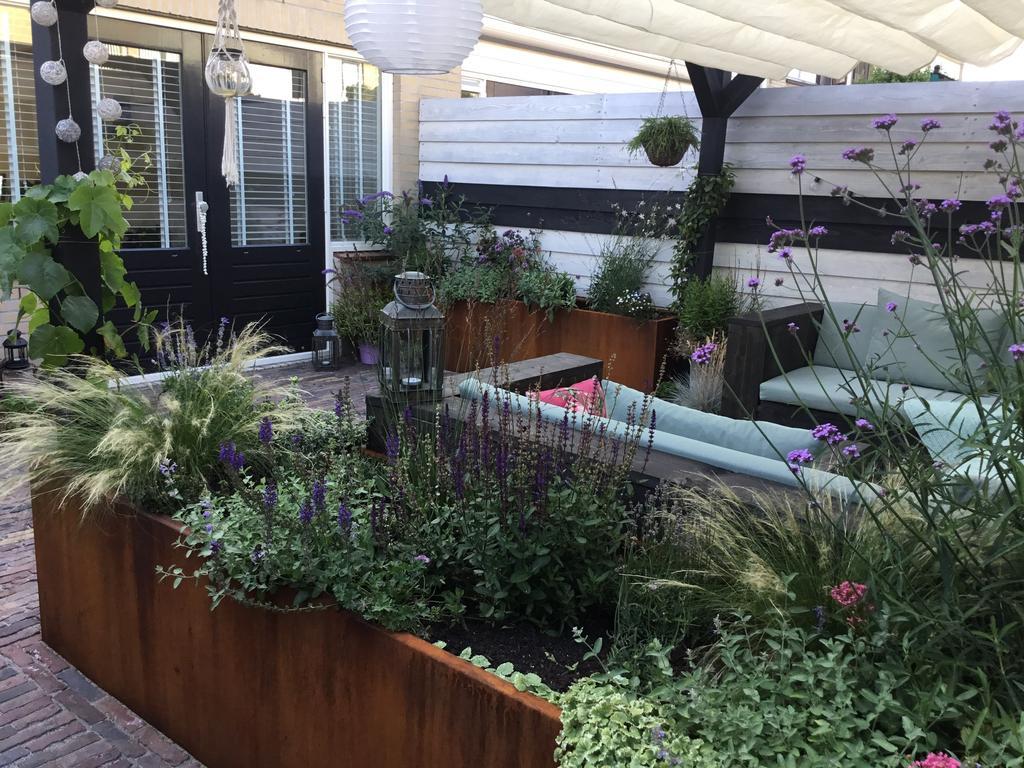 vanuit-deze-kant-is-eigenlijk-goed-te-zien-dat-ons-tuintje-echt-niet-zo-groot-is-de-tuindeuren-heb-ik-ook-in-de-mat-zwarte-kleur-geverfd