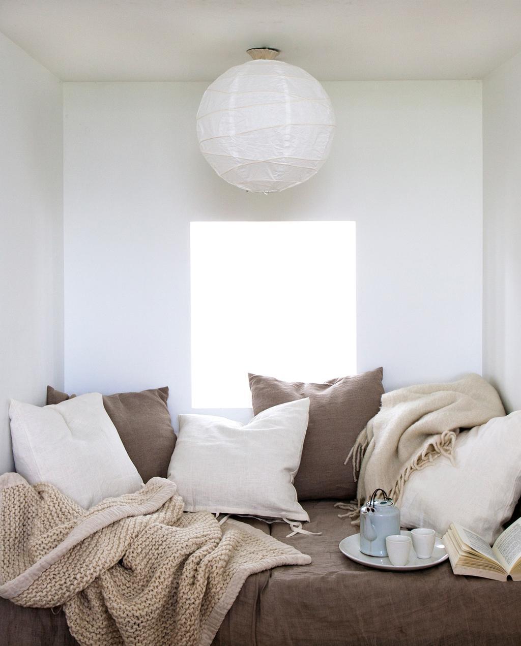 gezellig loungehoekje met bruine en cremekleurige matrassen en kussens | Fotografie Anna de Leeuw, styling Marianne Luning