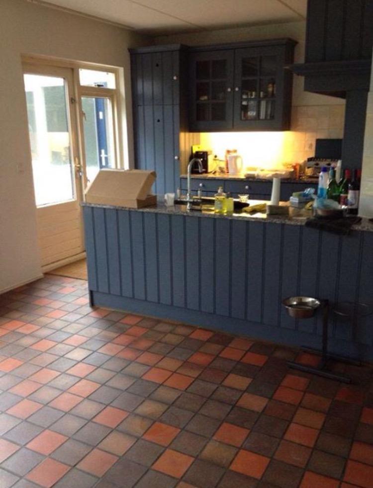we-troffen-de-keuken-in-deze-staat-en-kleurcombinatie-een-oranje-bruine-tegelvloer-en-een-lavendelkleurige-keuken