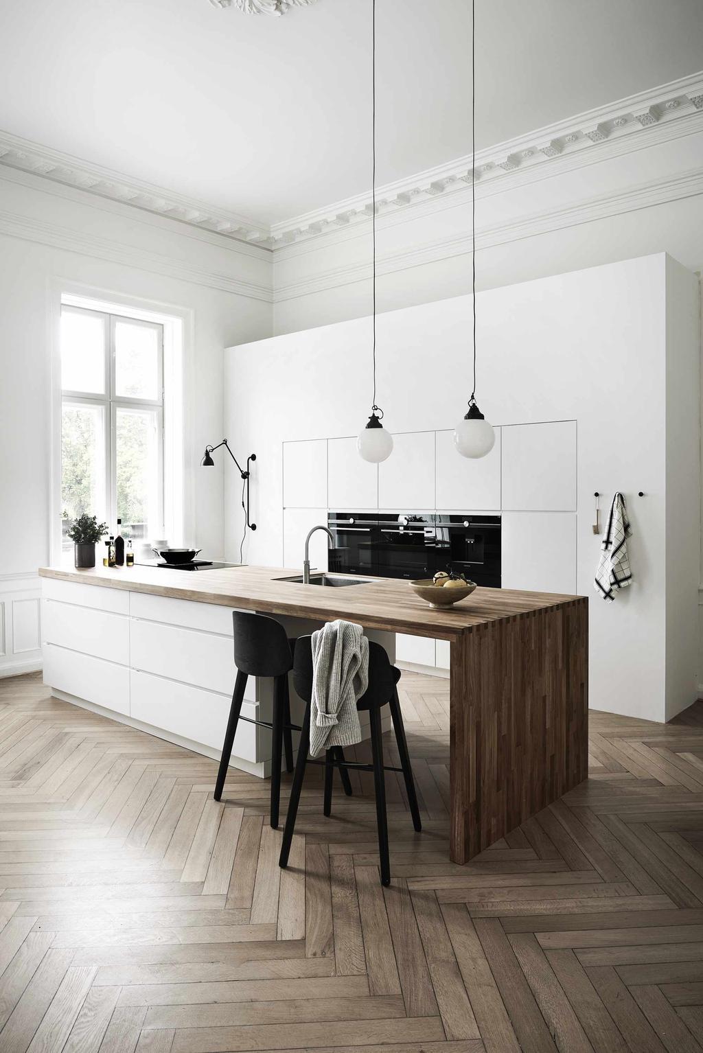 Witte keuken met hout werkblad