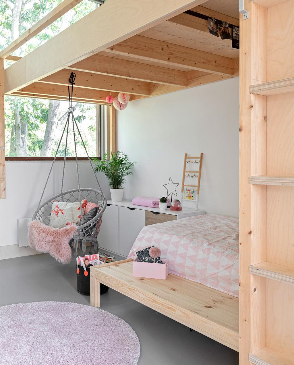 vtwonen 07-2021 | grijze hangstoel in de kinderkamer met een houten hoogslaper