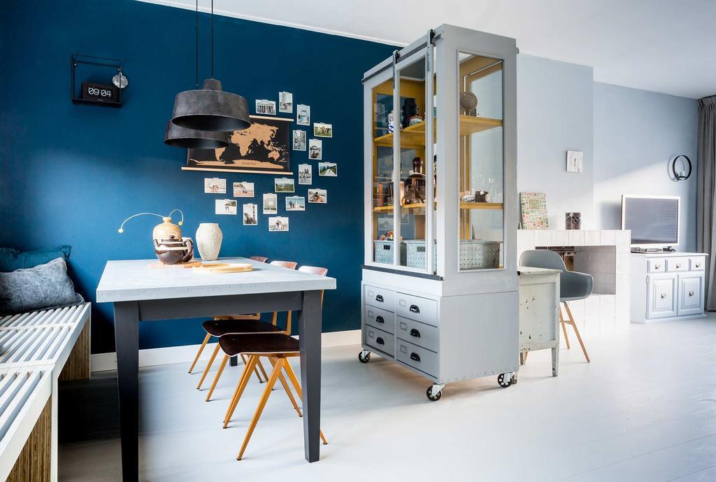 blauwe vintage eethoek met vitrinekast