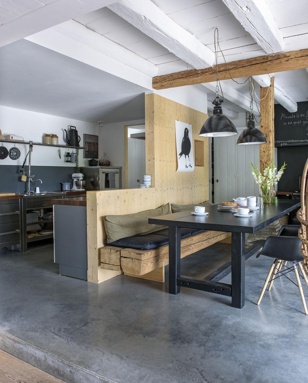 vtwonen 11-2019 | binnenkijker Alblasserwaard boerderij woonkamer grijze vloer leefkeuken