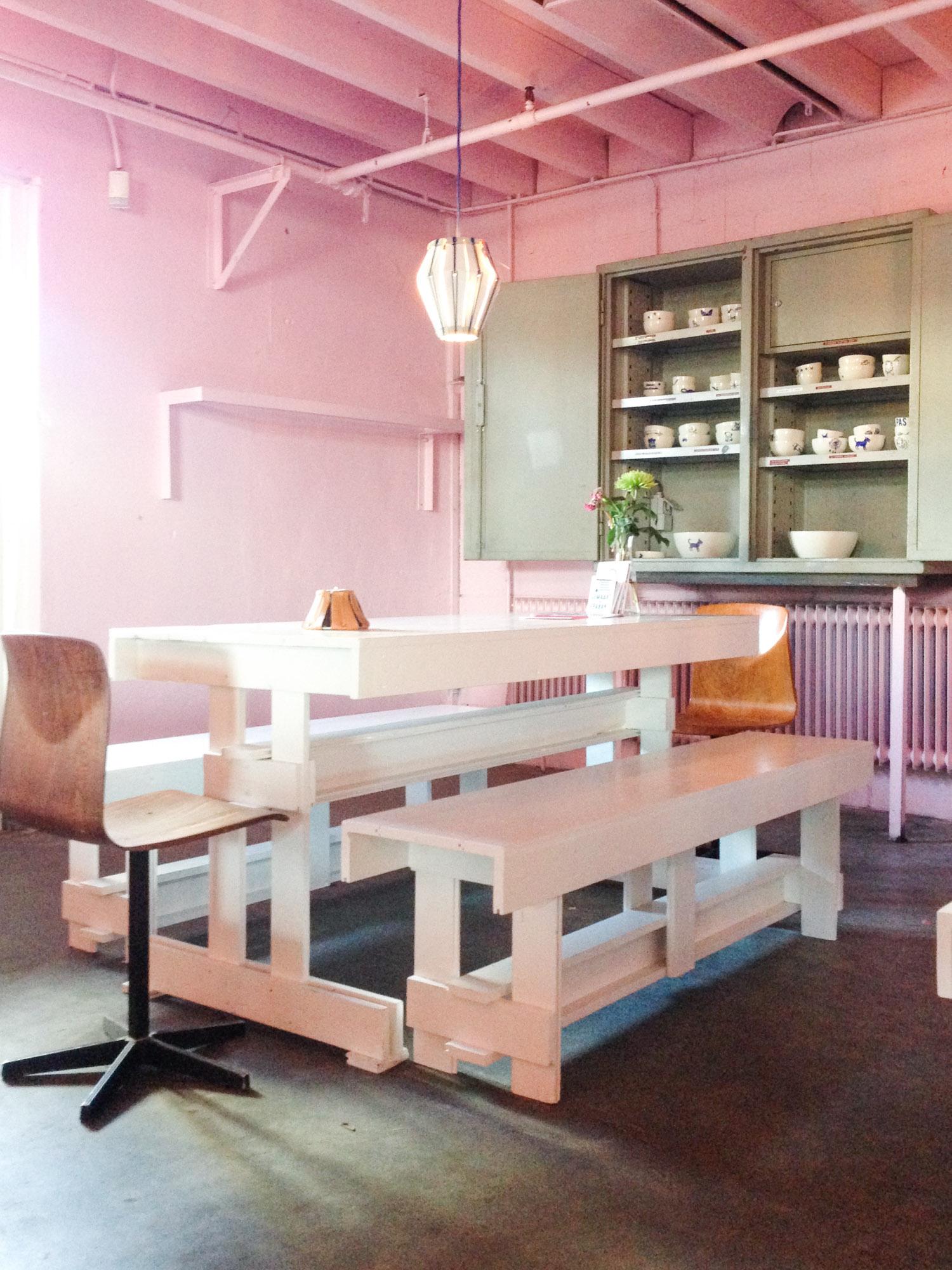 Roze eettafel in het Werkwarenhuis