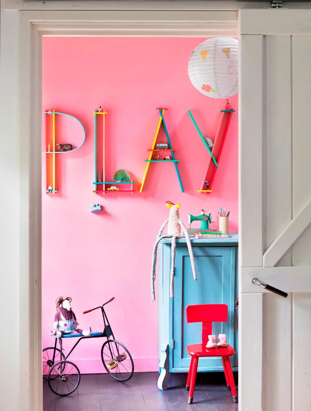 Roze muur met houten letters.