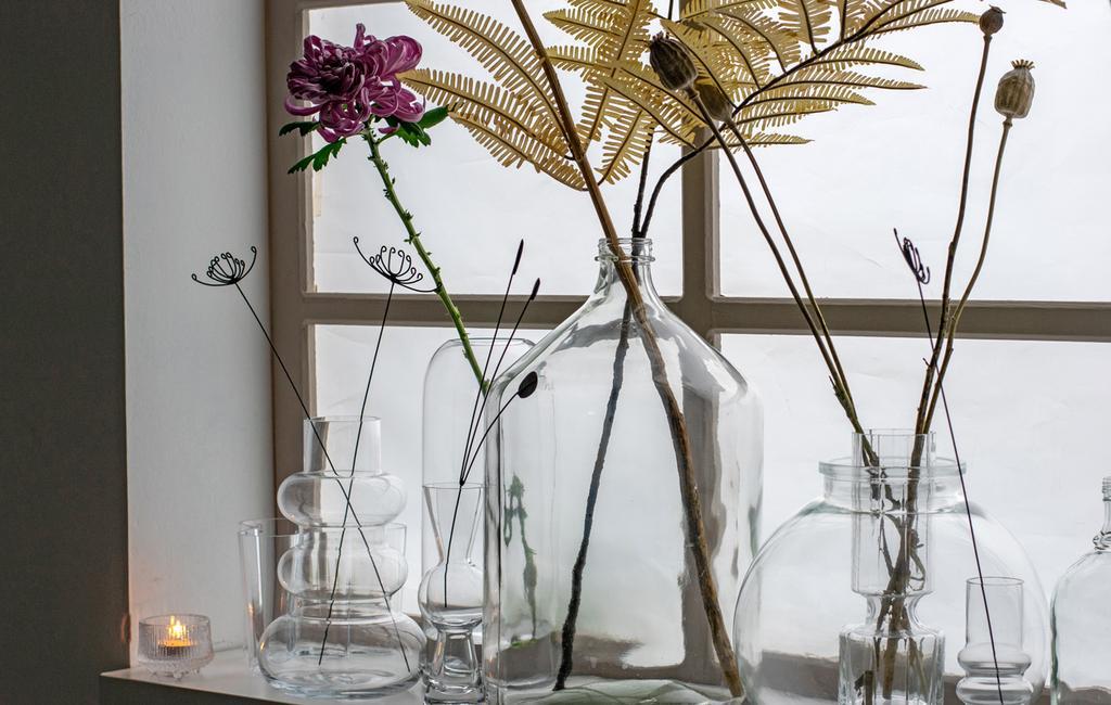 vt tv stylingtips van marianne | glas en vazen in de vensterbank met droogbloemen en kunstbloemen