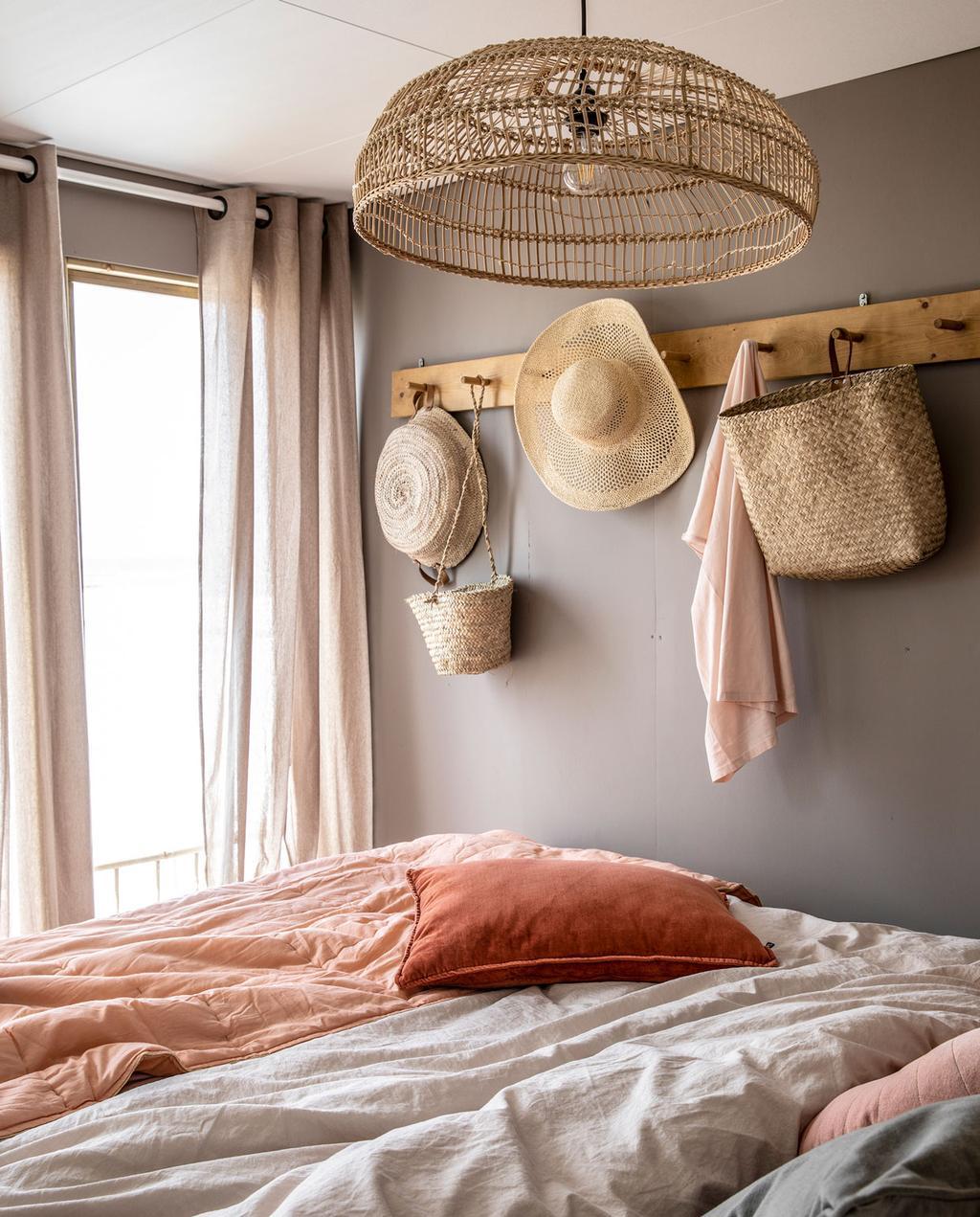 roze en beige interieur van een strandhuisje