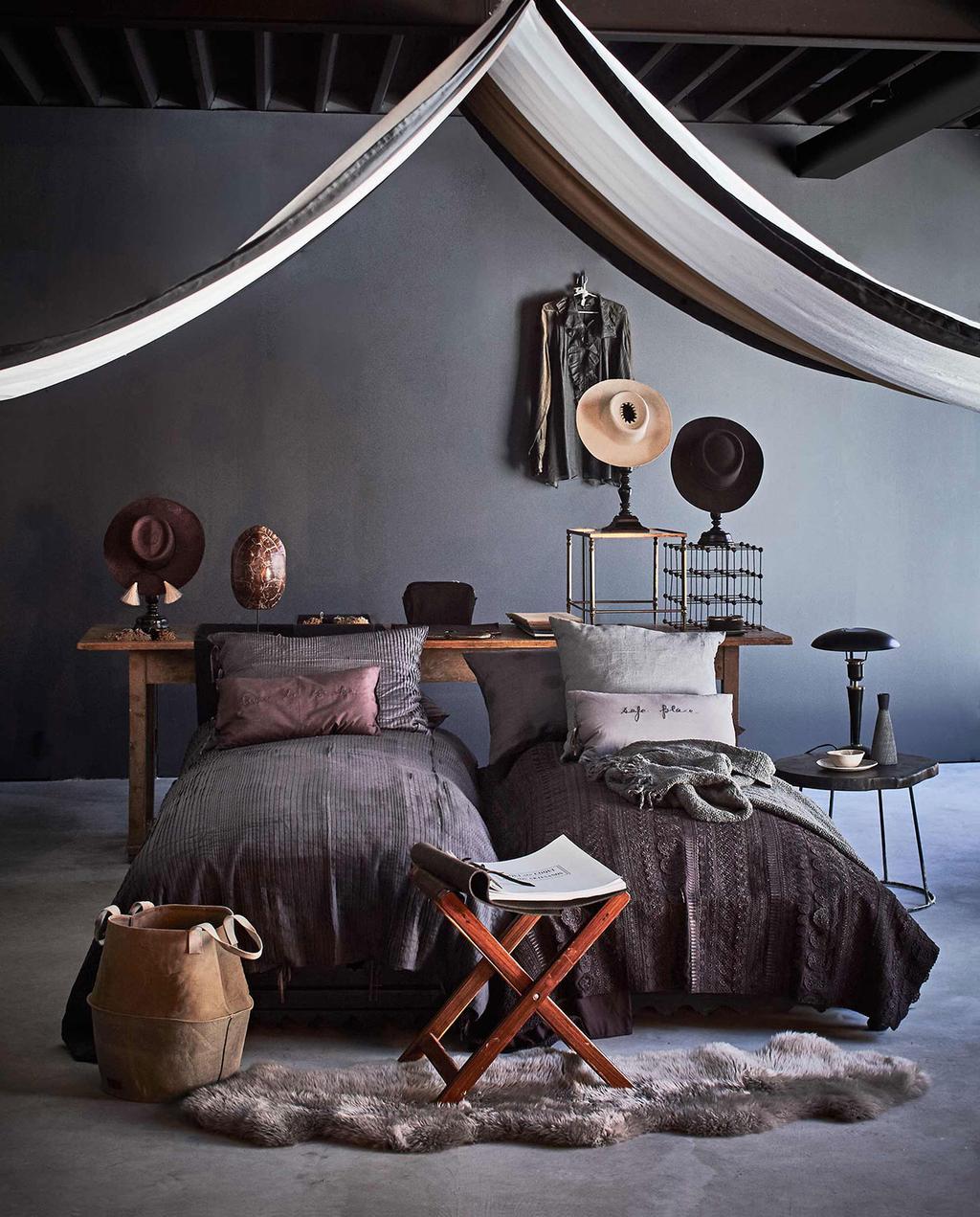 vtwonen 01-2017 | aardetinten slaapkamer met hoeden op achtergrond