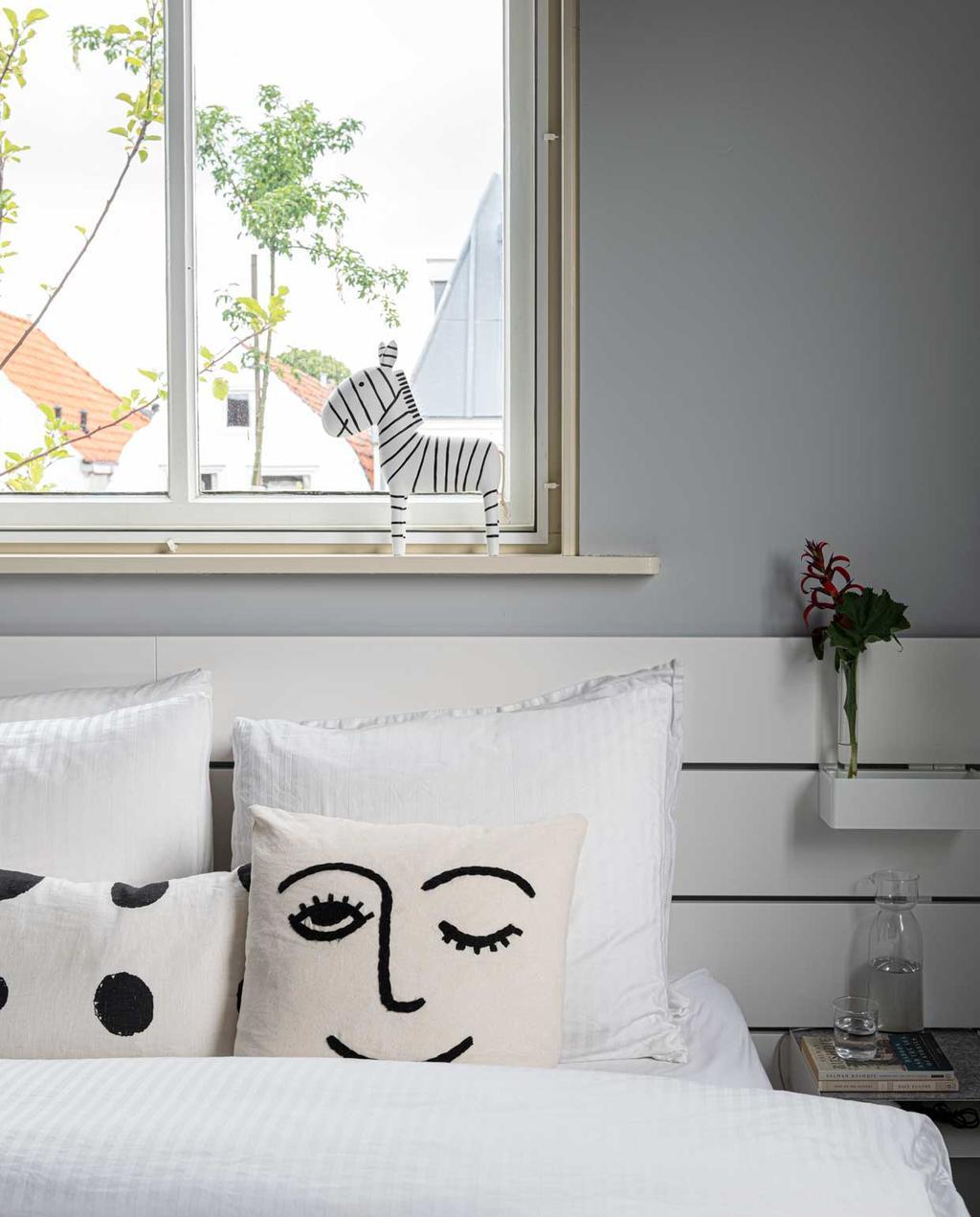 vtwonen bk special12-2020 | binnenkijken in een voormalige zeepfabriek | slaapkamer | wit bed