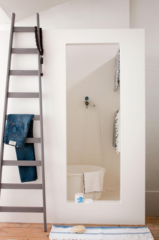 salle de bains blanche echelle
