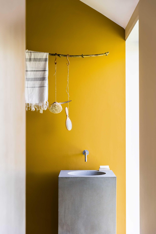 salle de bains evier beton jaune