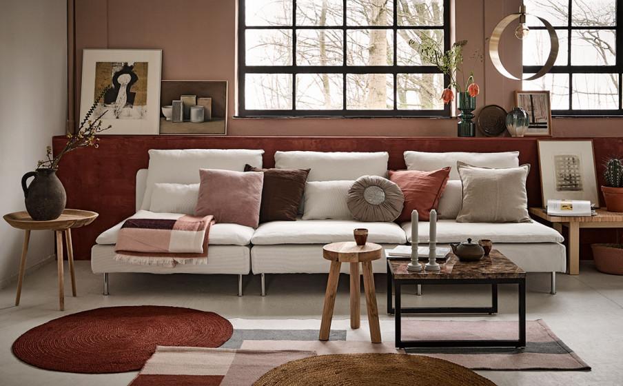 Salon blanc avec couleurs beige et bordeaux