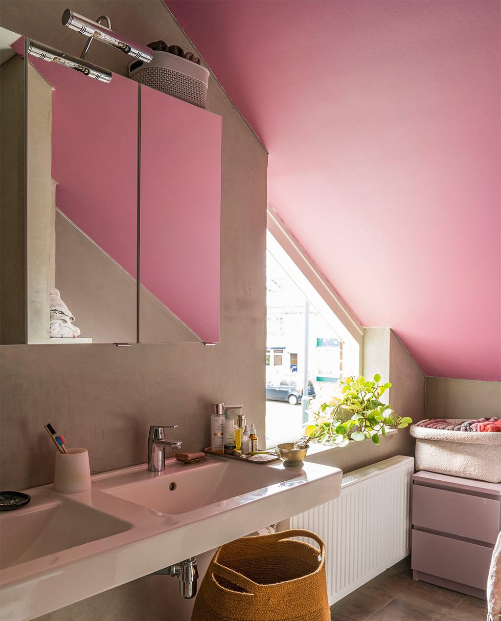 vtwonen 07-2021 | roze badkamer met schuine wand