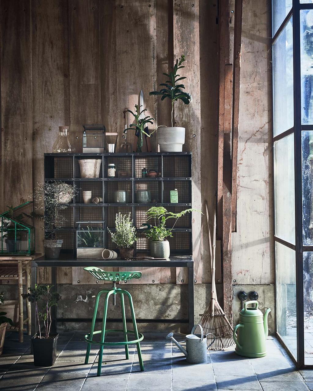 Tuinkamer met metalen vakkenkast voor planten