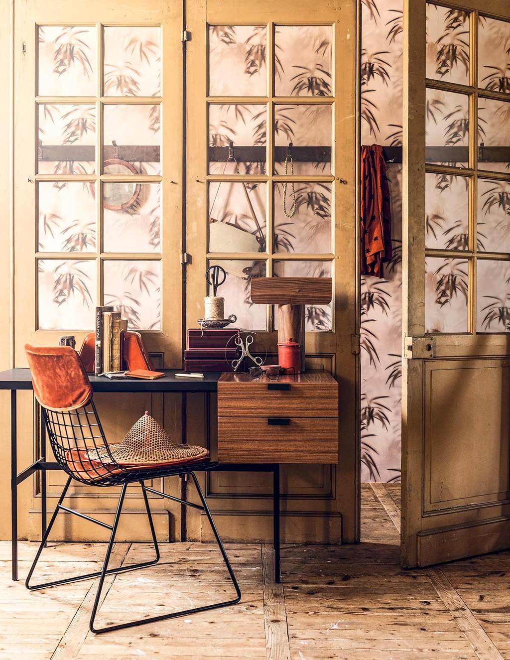 Botanisch behang met oude deuren en een vintage bureau