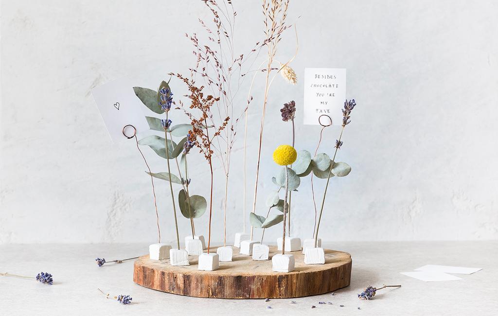 vtwonen 02-2021 | boomschijf met bloemstuk en kaartje met tekst: 'besides chocolate you're my fav'