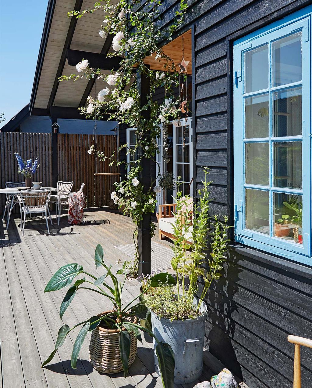 vtwonen special zomerhuizen 07-2021 | buiten bij Josephine in Kopenhagen, met een houten terras