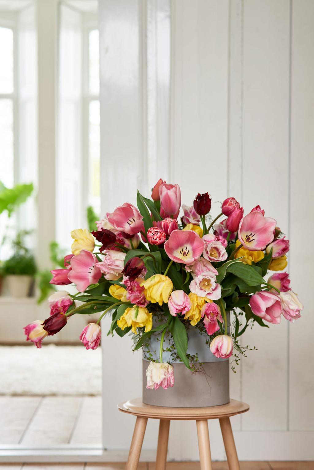 Gekleurde tulpen in een vaas