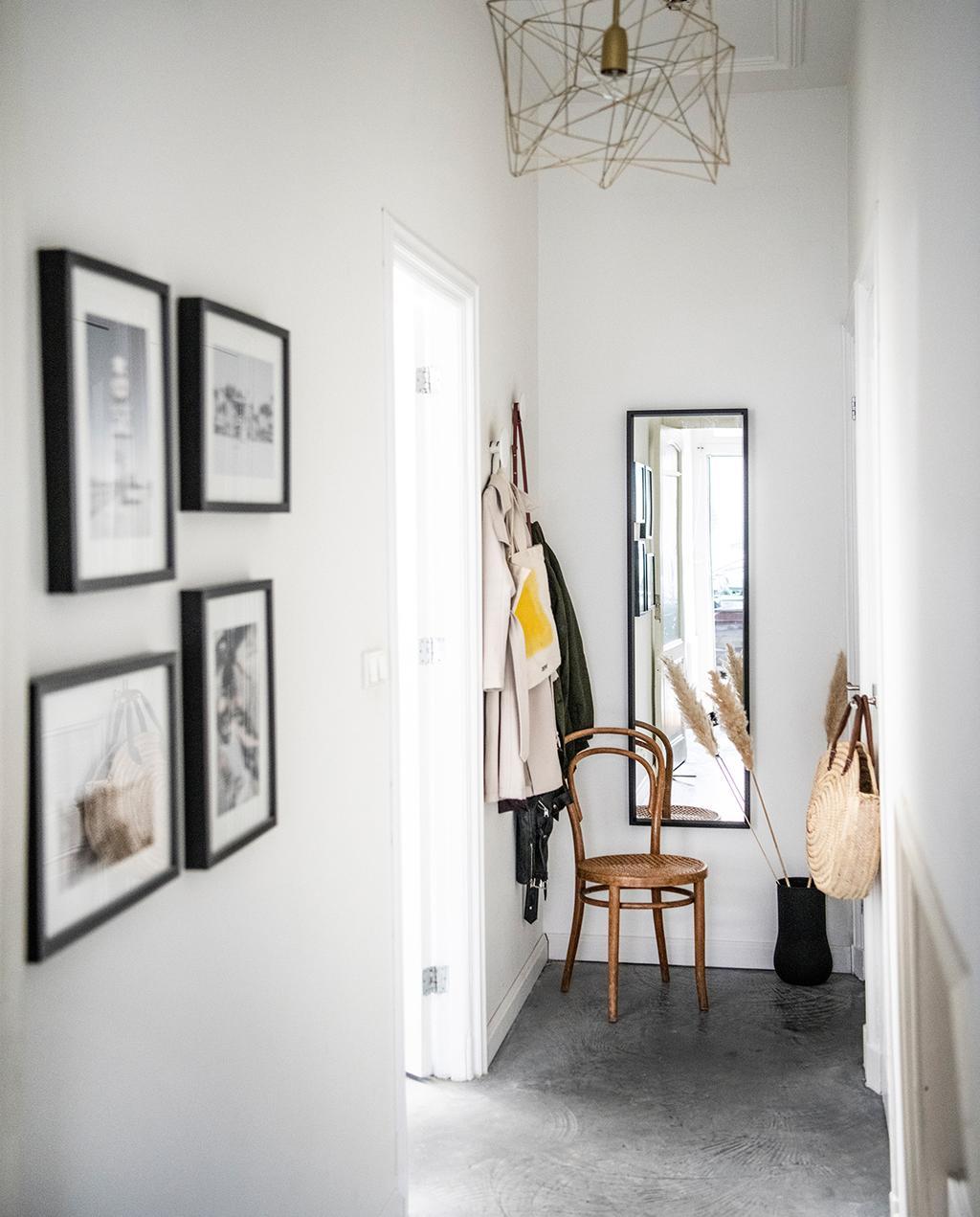 vtwonen 02-2021   hal met stoel en spiegel