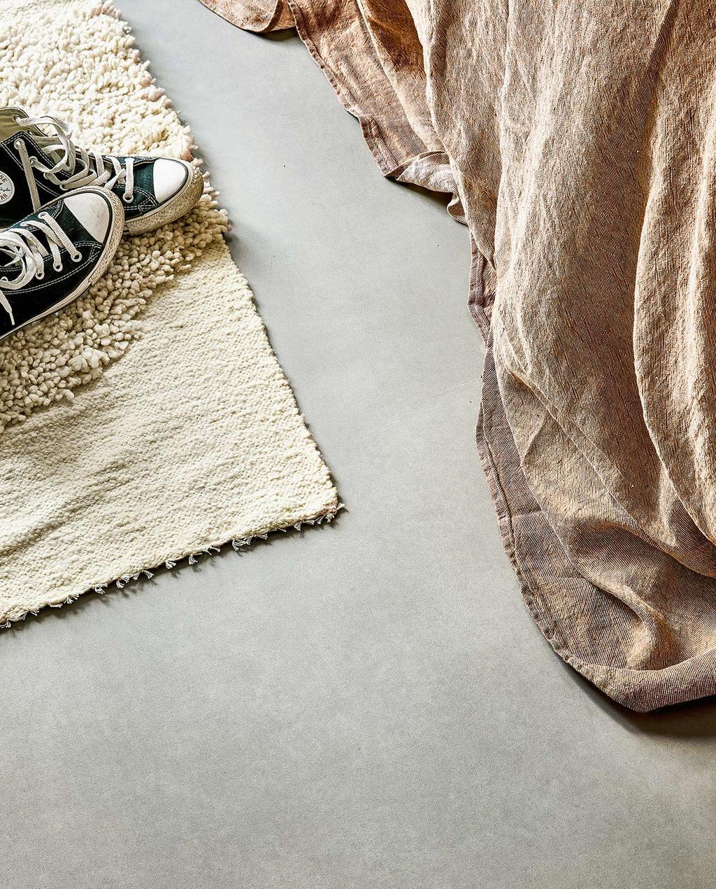 vtwonen 07-2021 | betonlook vloer met dekbedovertrek en een vloerkleed