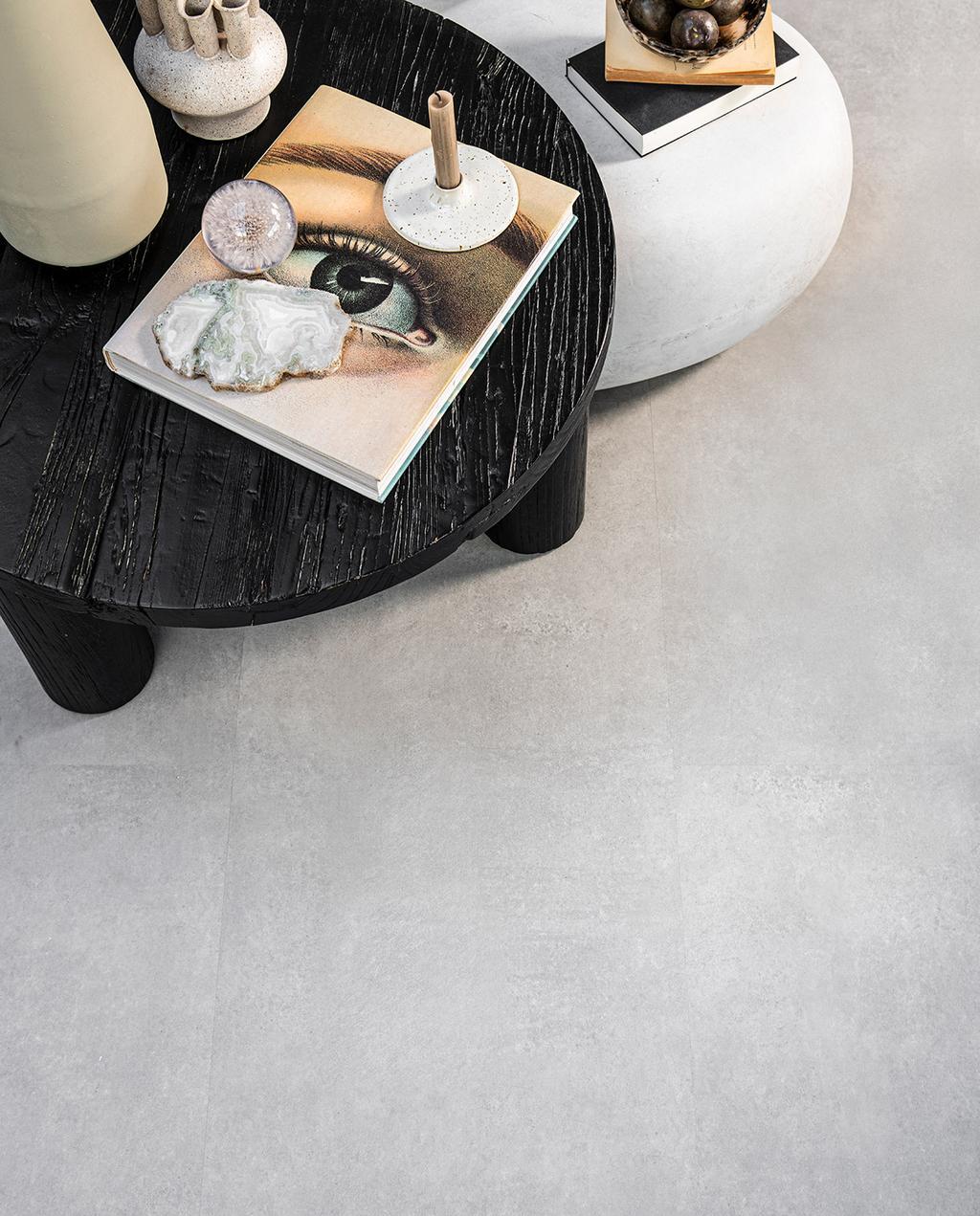 vtwonen 06-2021 | pvc vloer grijs met een zwarte tafel