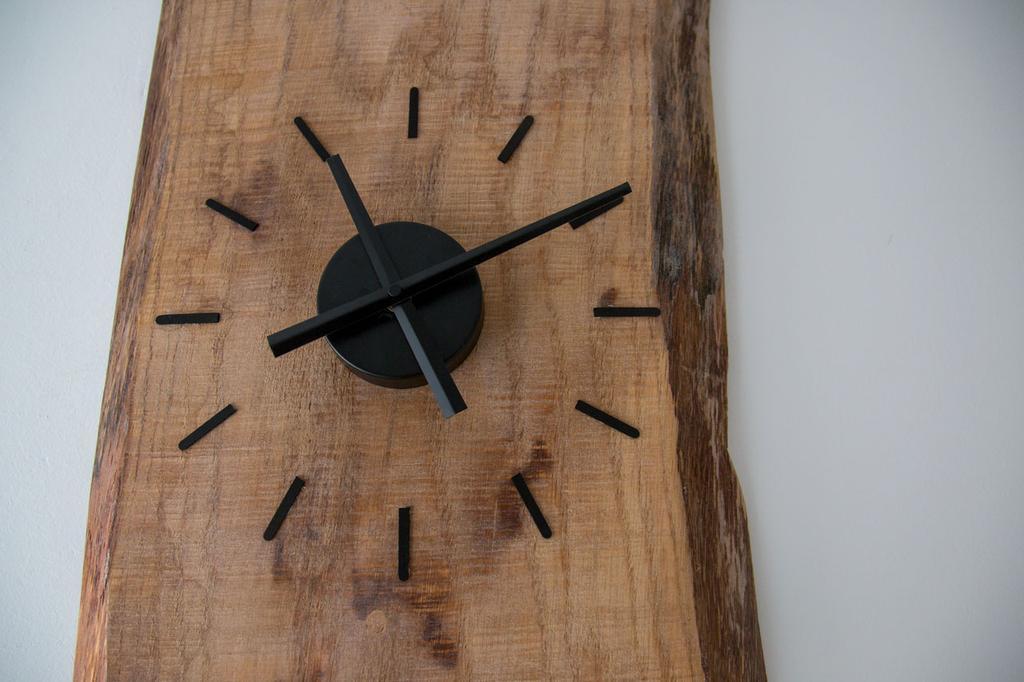 de-klok-is-zelfgemaakt-met-een-uurwerk-van-de-bouwmarkt