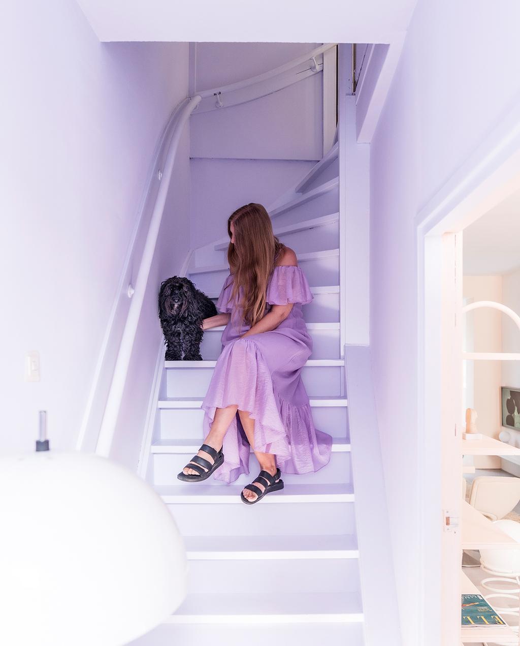 vtwonen special tiny houses 03-2021 | paarse trap in de hal met pastelkleuren