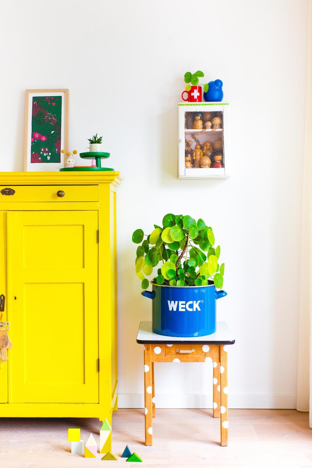 Stippentafel met plant naast een gele kast van Oh Marie!