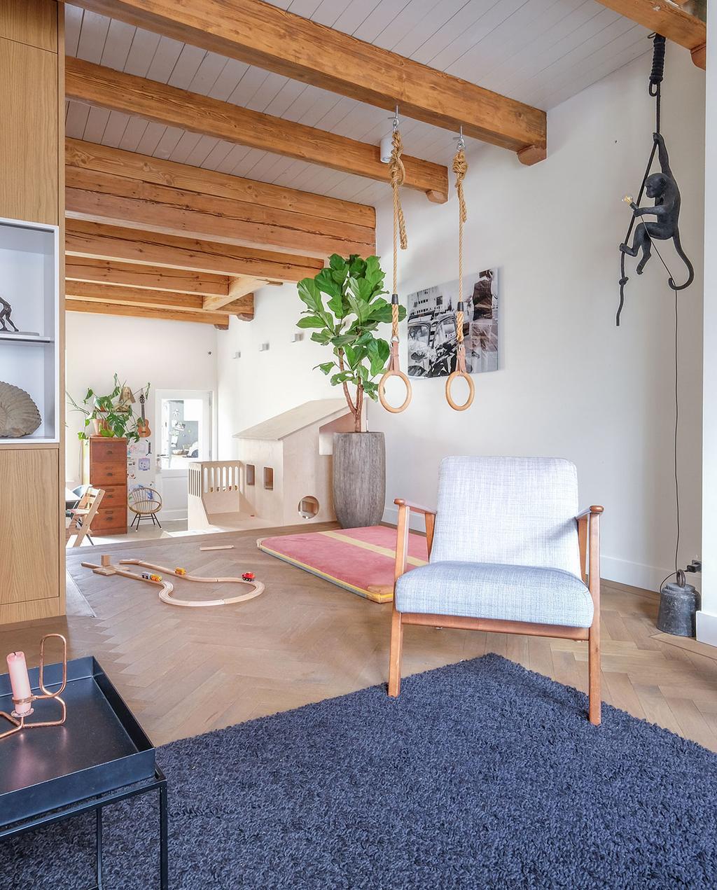 vtwonen 03-2021 | woonkamer met gymnastiek ringen, vloerkleed en fauteuil