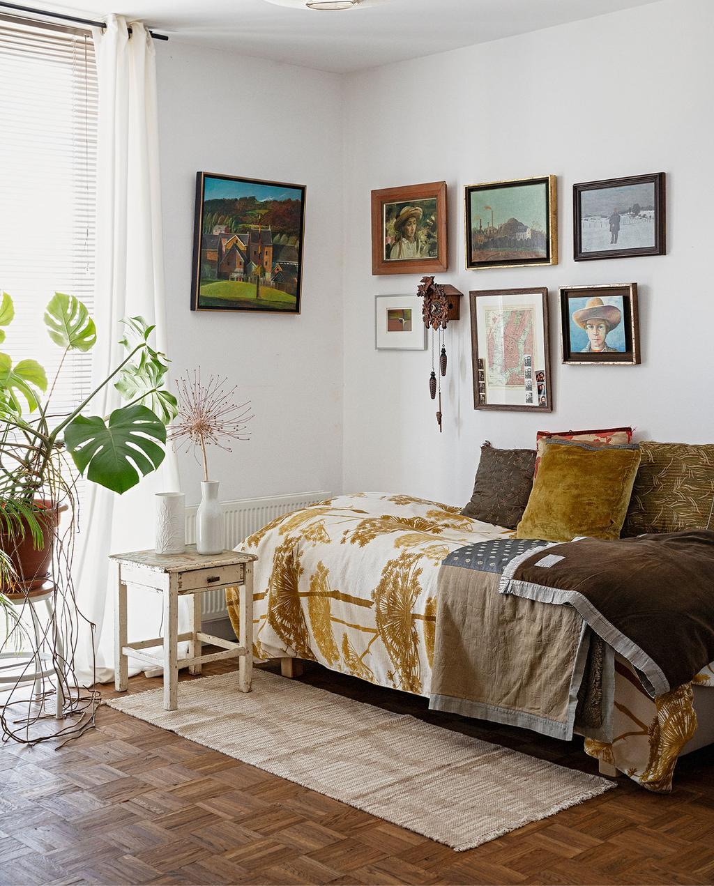 sofá-cama com travesseiros