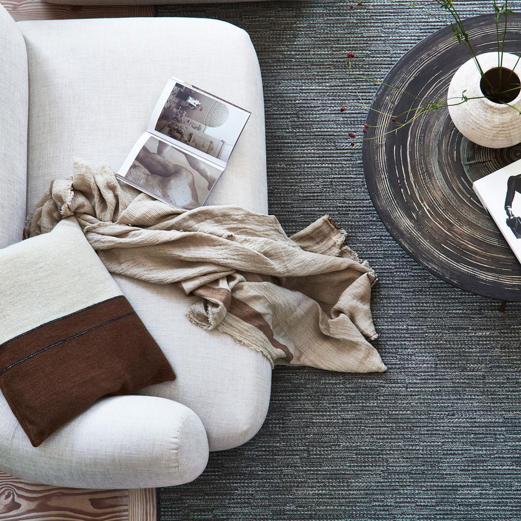 vtwonen 10-2021 | witte bank met antraciet vloerkleed en bruin plaid | een dag lekker lummelen