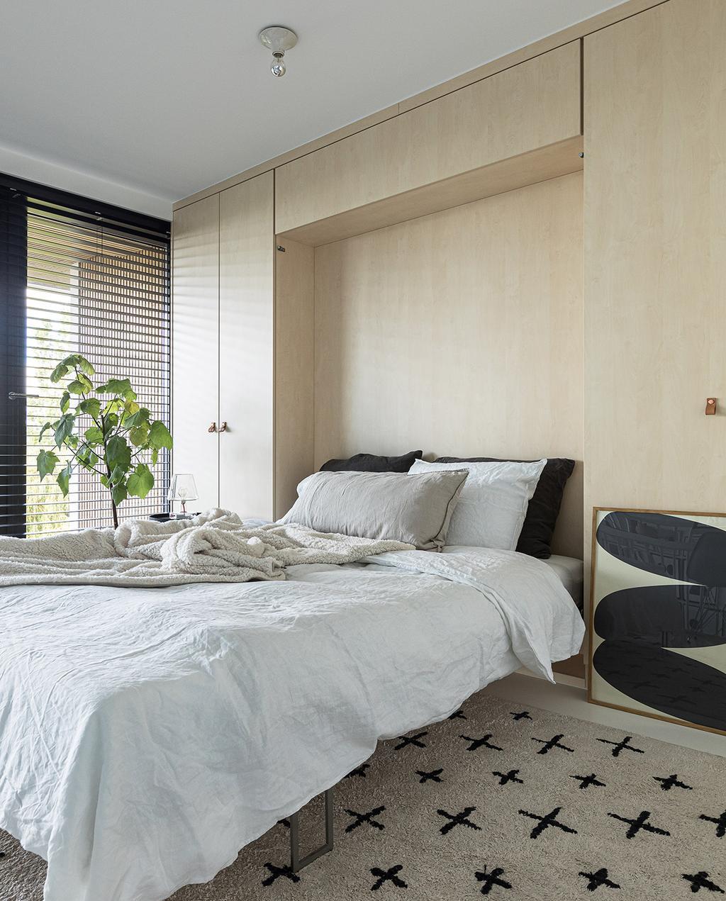 vtwonen 04-2021 | opklapbed in logeerkamer gele slaapkamer met ruimtelijke uitstraling