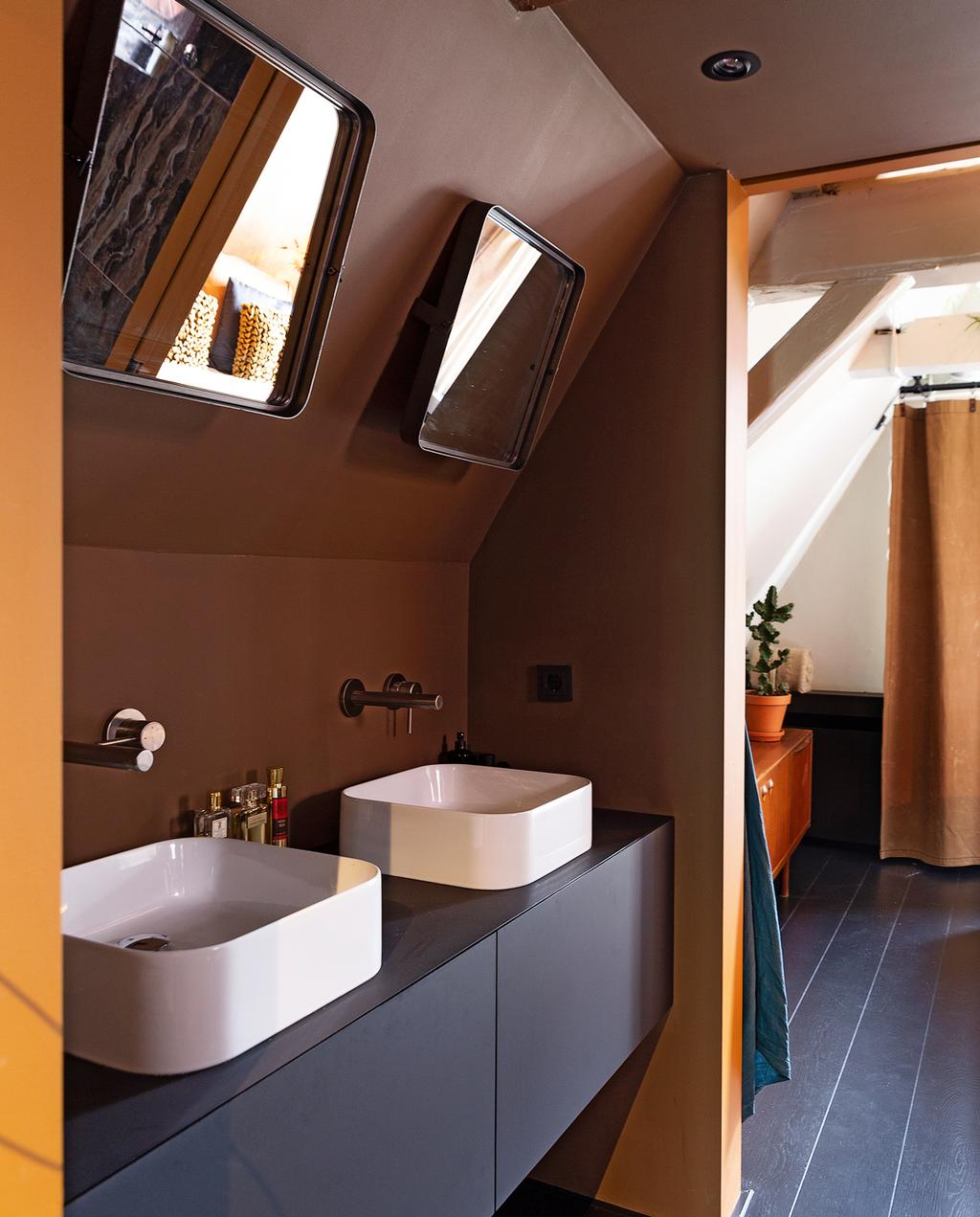 badkamer met witte wasbakken