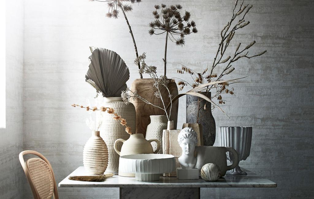 vases-gris-et-naturel-sur-table-en-marbre