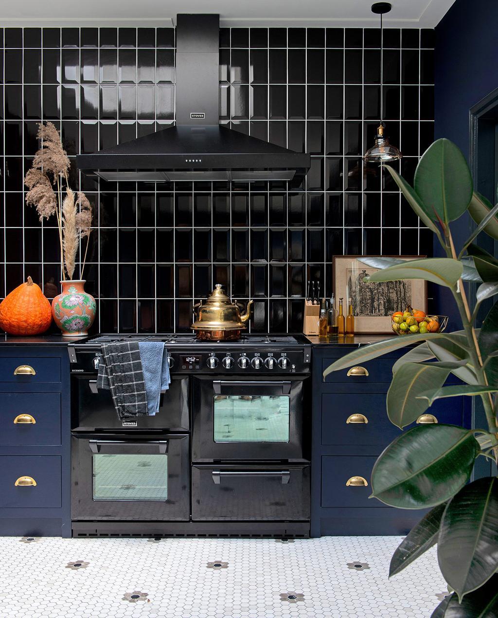 vtwonen 03-2021   zwarte tegels in keuken met blauw aanrecht