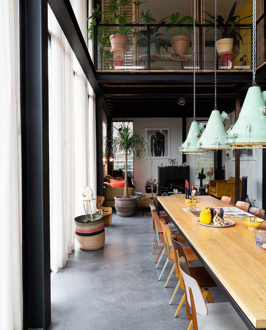 vtwonen 2020-03 | Binnenkijken | lange eettafel met bovenverdieping