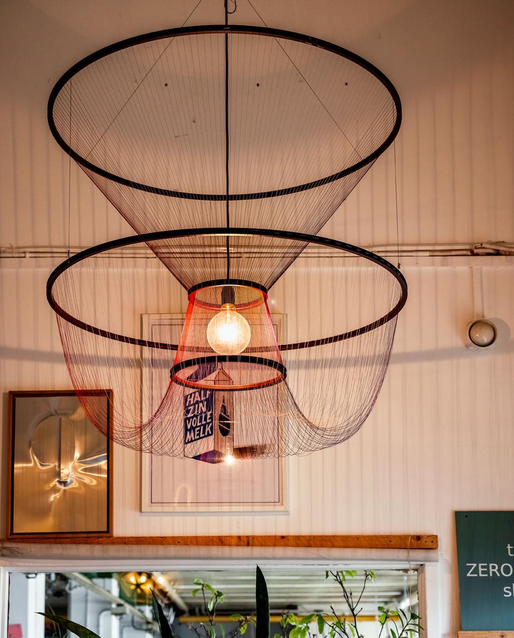 vtwonen 06-2021 | hanglamp met draden en metalen ringen