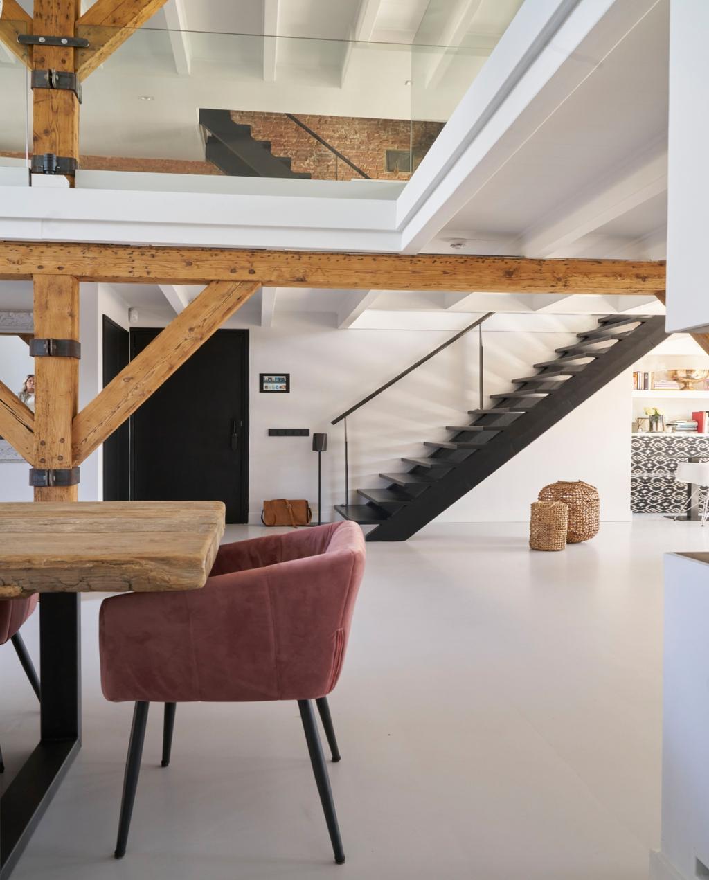 vtwonen 08-2020 | binnenkijken Arnhem roze eetkamerstoel in woonkamer met trap