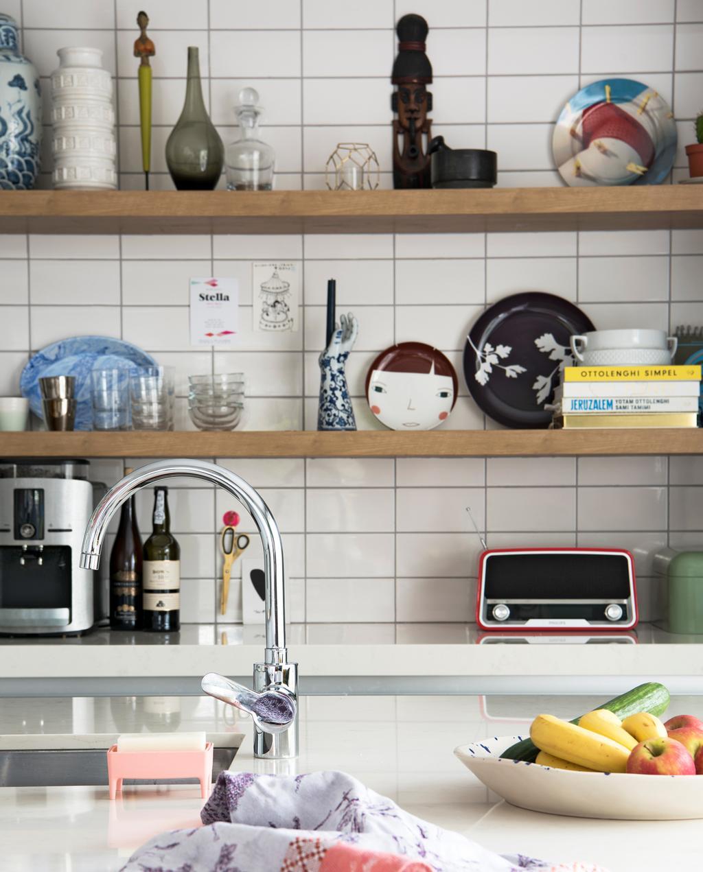 vtwonen binnenkijken special | binnenkijken in een kleurrijk nieuwbouwhuis in Eindhoven keuken planken