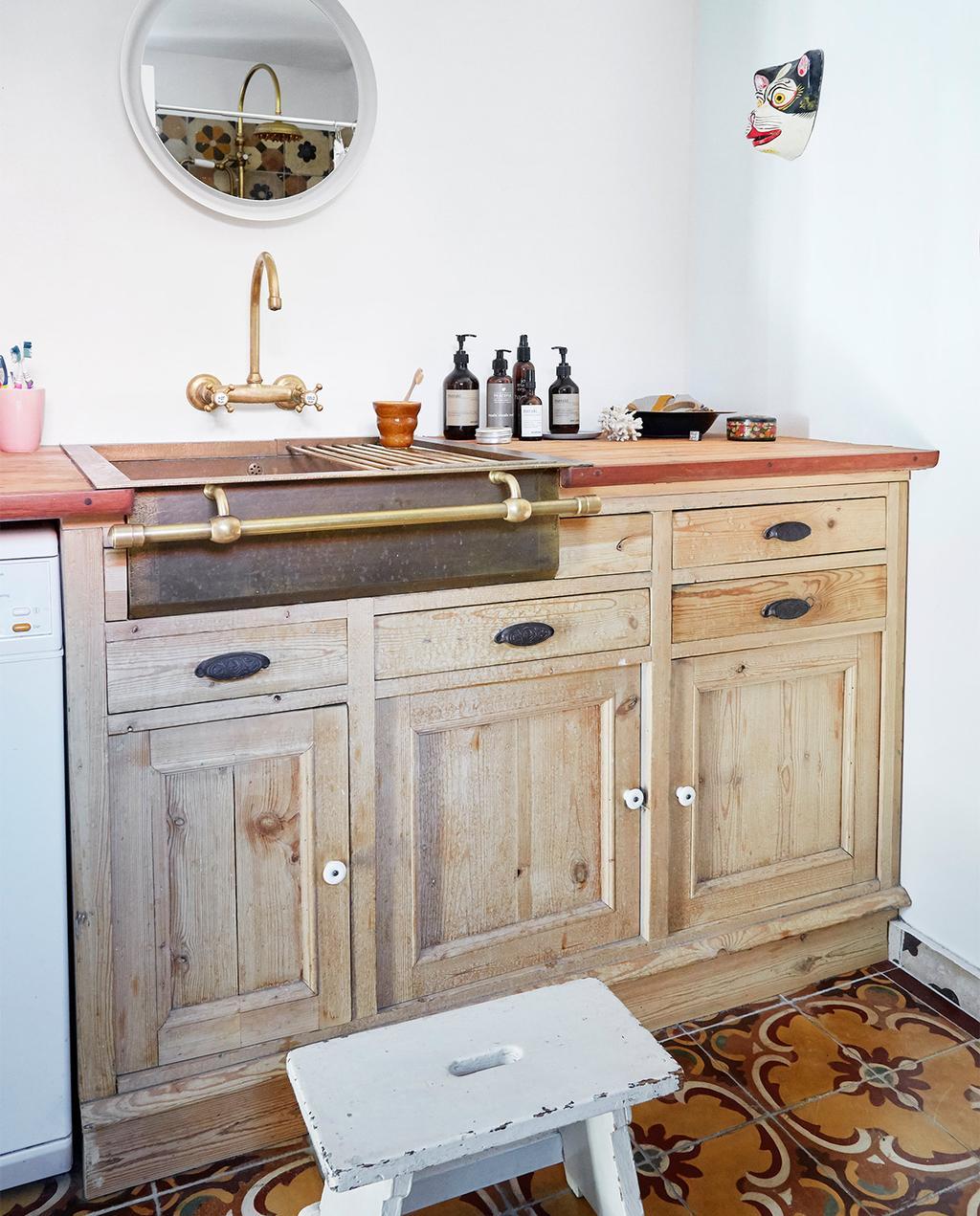 vtwonen special zomerhuizen 07-2021 | houten keuken met gouden kraan