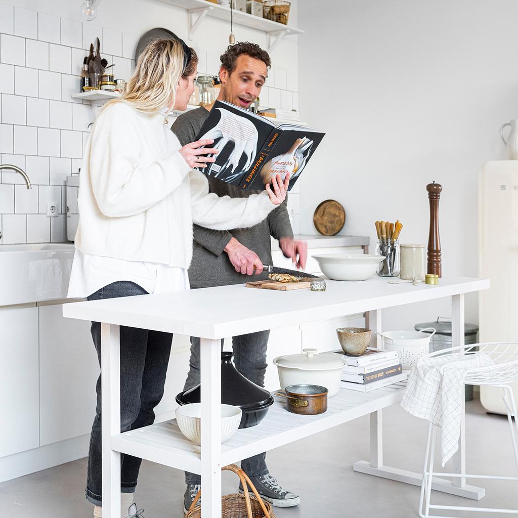 vtwonen 04-2020 | klusduo Kim & Richard aan wit houten keukenmeubel