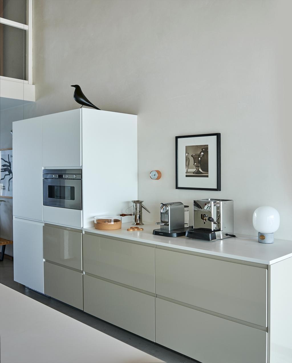 vtwonen binnenkijken 03-2020 | binnenkijken Amsterdam wit met grijze keuken