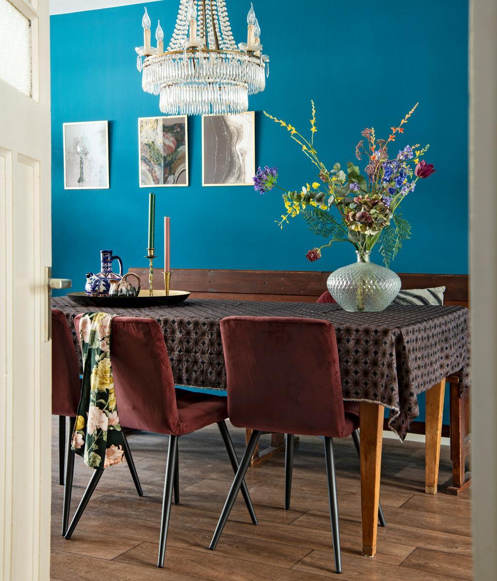 Blauwe muur | Houten eettafel en bank