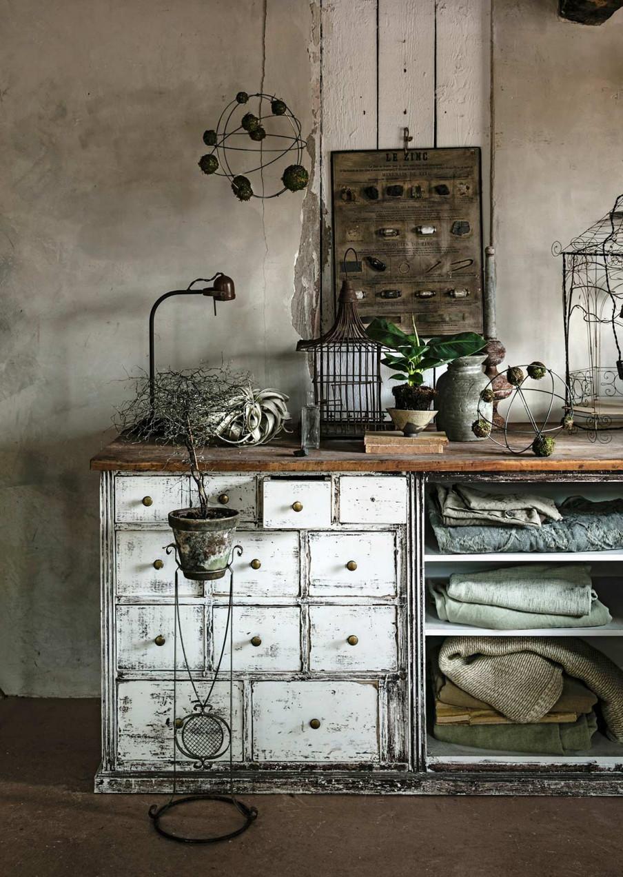 Boules deco mousse et vieux dressoir blanc