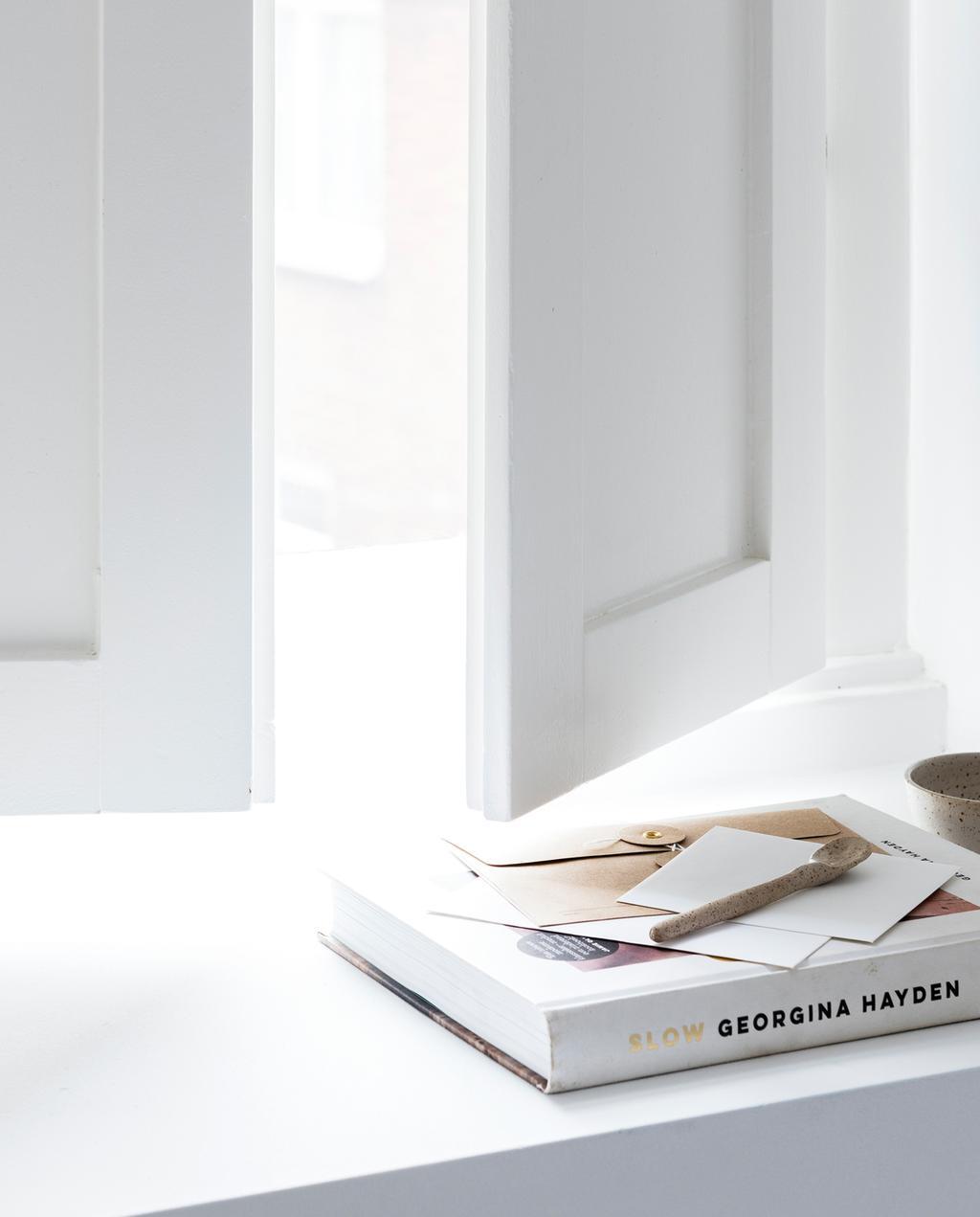 vtwonen 13-2019 | DIY raamluiken gedecoreerde tafel luiken geopend