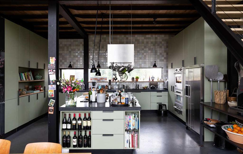 vtwonen 2020-03 | Binnenkijken | groene keuken met pizza oven