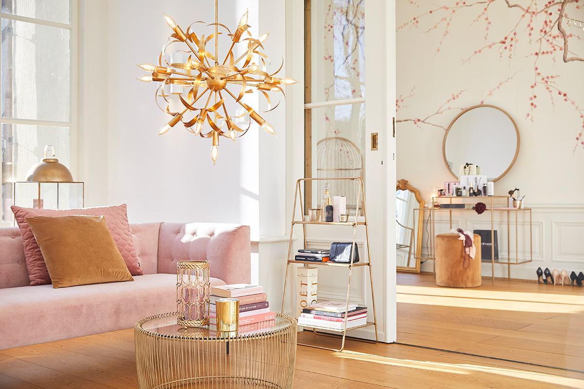 Licht interieur met roze en goud