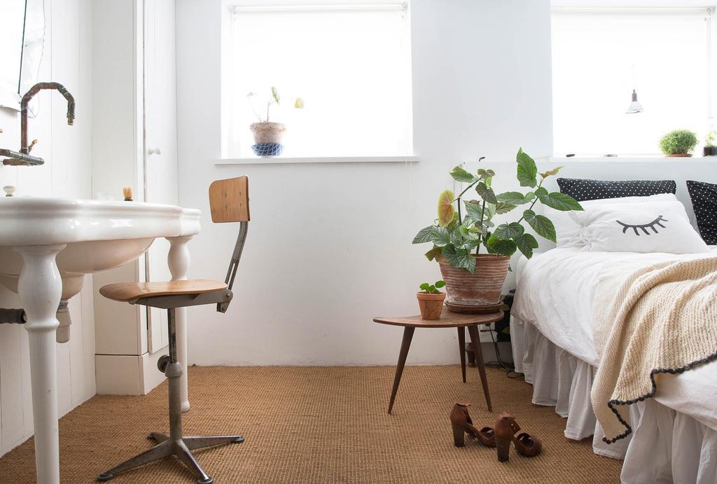 Slaapkamer met vloerbedekking en wastafel