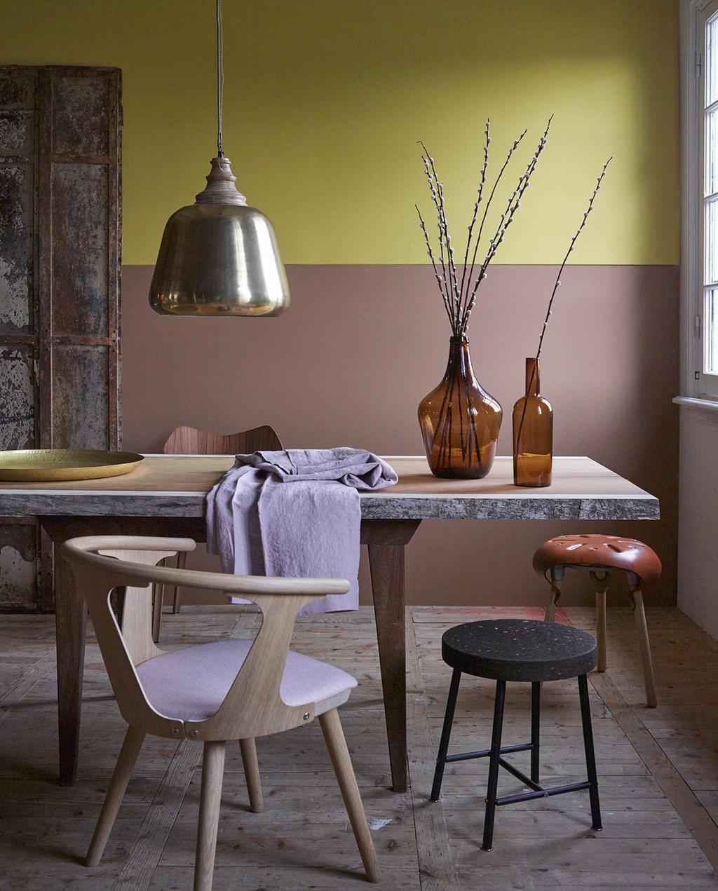vtwonen 01-2016 | 2 kleuren op muur, okergeel en bruin, met eethoek