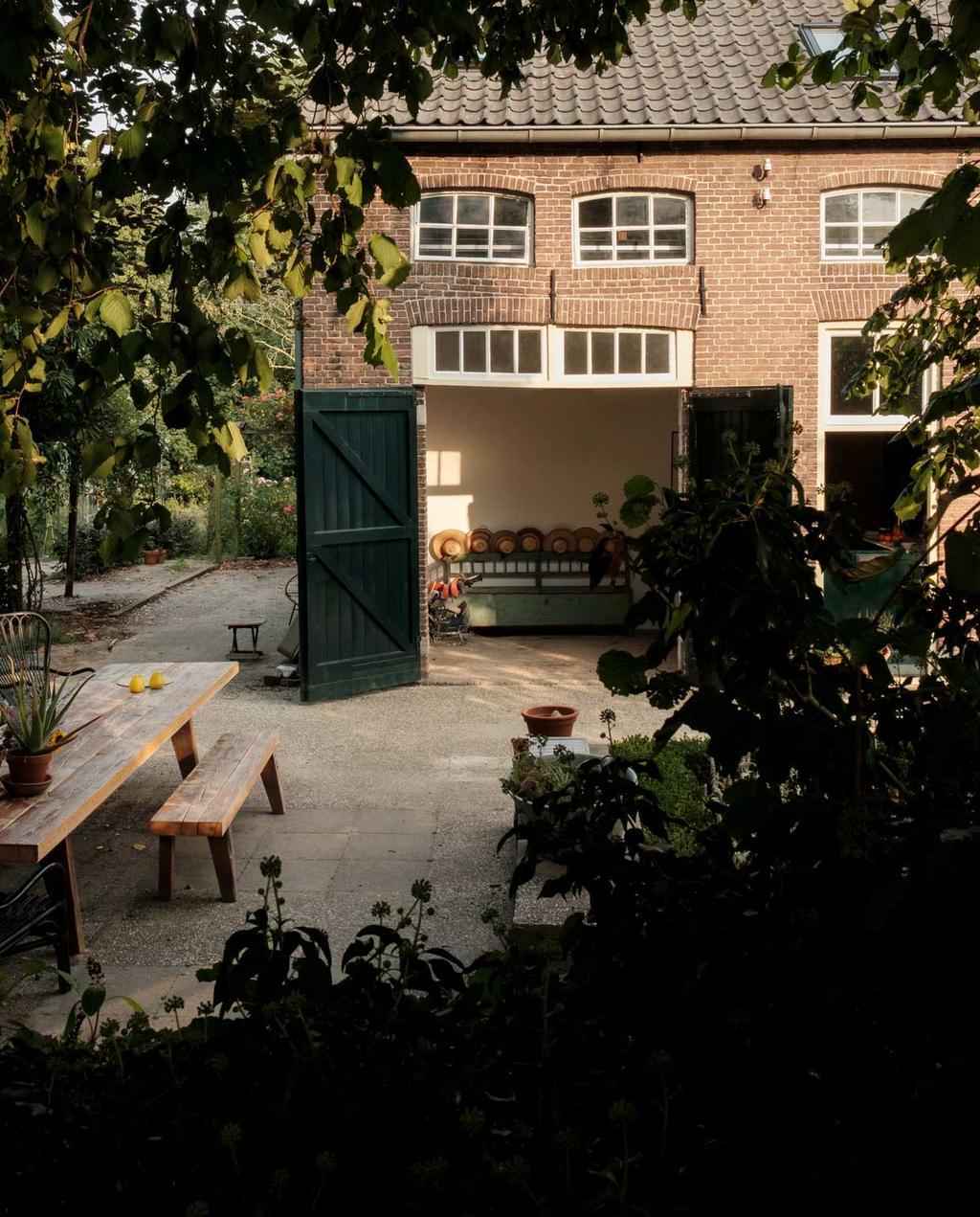 vtwonen 10-2020 | Kijkkamer bommelerwaard | tuin met openslaande schuurdeur